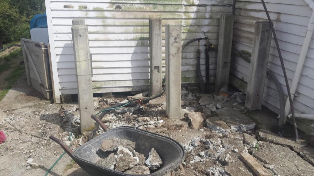 Beim Arbeiten mit den Betonpfosten